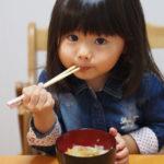 子供はいつから箸で食事ができるようになるのか?